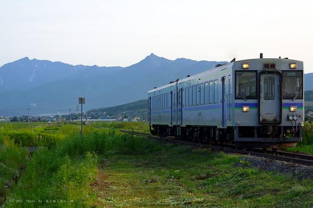 芦別岳と西富良野岳が見える鉄道風景