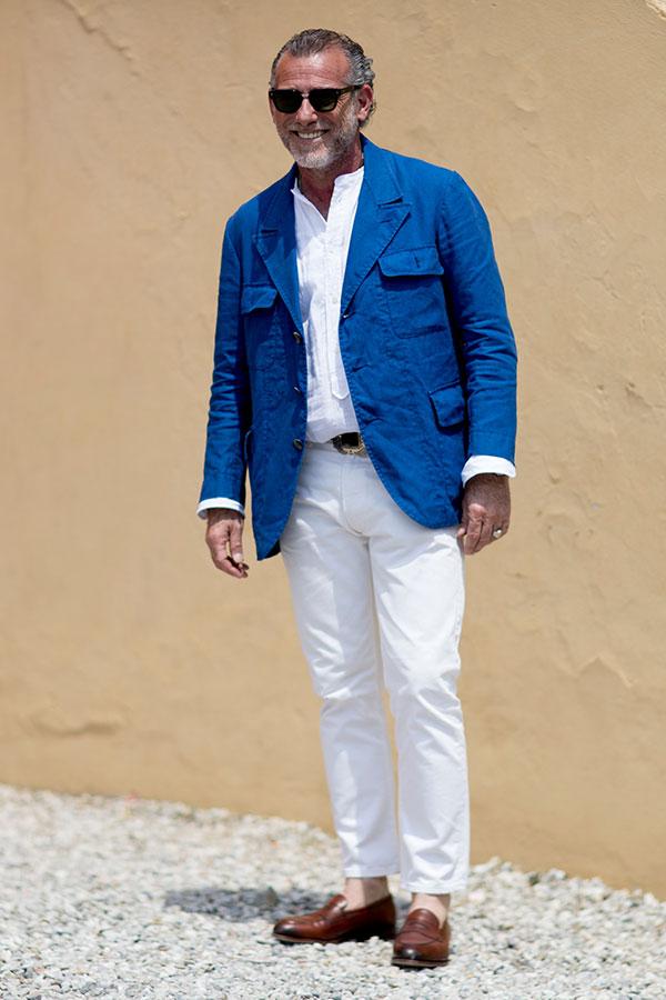 ブルーサファリジャケット×白バンドカラーシャツ×白パンツ×ブラウンコインローファー