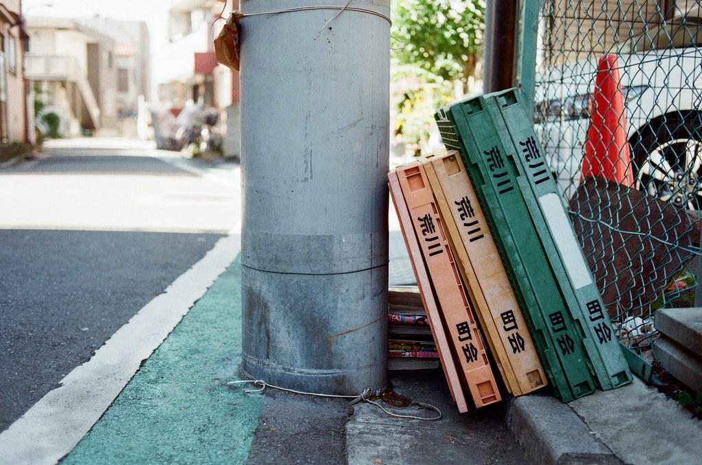 東京都荒川區東尾久 Arakawa-ku, Tokyo / Kodak ColorPlus / Nikon FM2 是隔天凌晨的班機,所以這是最後一天住在東京,18 天的旅行也走到最後一天了。  那天早上其實有點睡過頭,前一天晚上寫明信片寫的太晚了,到早上四點才去睡,醒來已經十點了,匆忙的跑去郵局寄出包裹,匆忙的紀錄周圍的環境。  分享這段旅行的影像也到了最後一捲了。  Nikon FM2 Nikon AI AF Nikkor 35mm F/2D Kodak ColorPlus ISO200 1003-0003 2015-10-07 Photo by Toomore