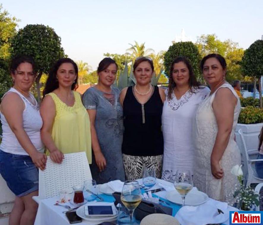 Fatma Çeçem ve arkadaşları Albüm'e poz verdi