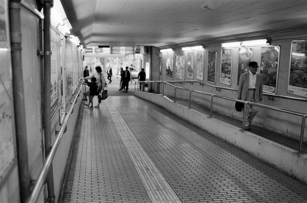 西日暮里駅 Tokyo, Japan / Kodak TRI-X / Nikon FM2 長隧道,這是明亮的,我記得大阪梅田要前往對面的空中花園的地下隧道是昏暗的。  總是有一個奇怪的印象,隧道其實是通往死亡的路口,方向的不同代表死亡與重生。  而人在進入隧道口的穿著與記憶,都是死前的最後印象。  在我腦海裡的神奇的認為!  Nikon FM2 Nikon AI AF Nikkor 35mm F/2D Kodak TRI-X 400 / 400TX 1275-0026 2015-10-06 Photo by Toomore