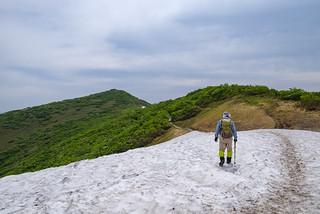 雪渓を越えて浅草岳山頂へ
