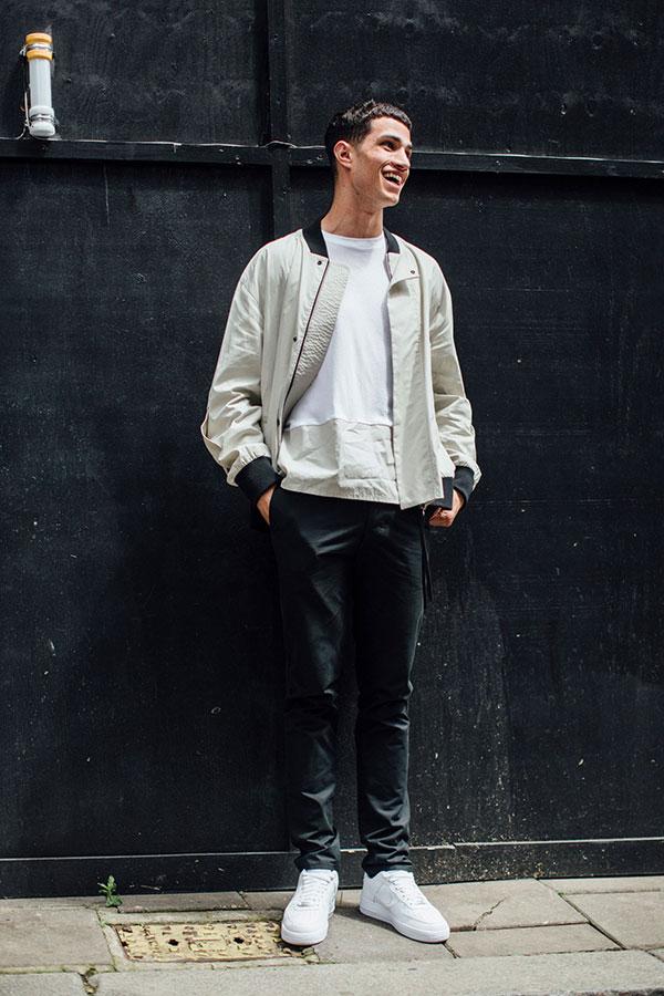 ライトグレーブルゾン×白Tシャツ×黒パンツ×Nikeエアフォース1白