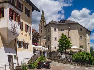 Ansitz Steinbock und Pfarrkirche St. Stephanus in Villanders