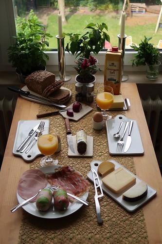 Frühstück mit Bio-Brot, Bio-Wurst, Bio-Käse und Bio-Eiern