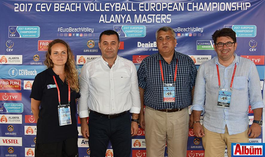 Basın toplantısında teknik ekip ve Adem Murat Yücel Albüm için poz verdi