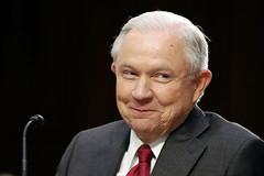 """""""Una detestable mentira"""" el complot con Rusia, alega Jeff Sessions"""