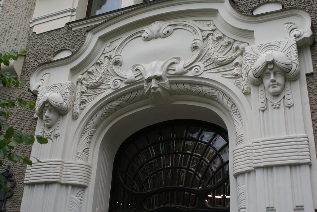 Porte de style Art Nouveau à Riga en Lettonie.