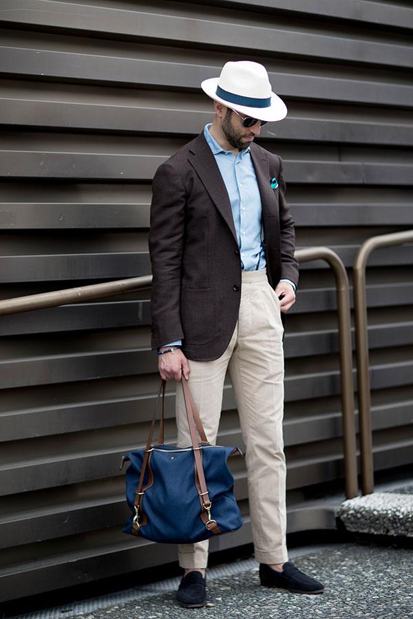 白ハット×ブラウンテーラードジャケット×青シャツ×ベージュスラックス×黒スエードコインローファー