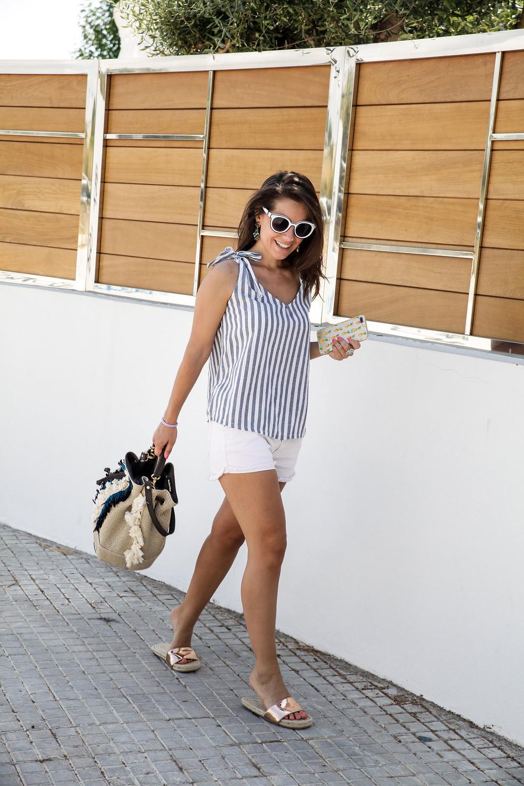 010_como_combinar_un_top_de_rayas_nuevo_bolso_boho_theguestgirl_influencer_spain_barcelona_viamailbag_boho_fringed_bag