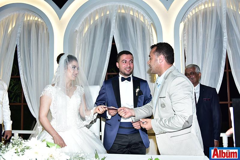 Ayşe Ünver, Kemal Sertgöz nikah defterlerini Alanya Belediye Başkanı Adem Murat Yücel'in elinden aldı