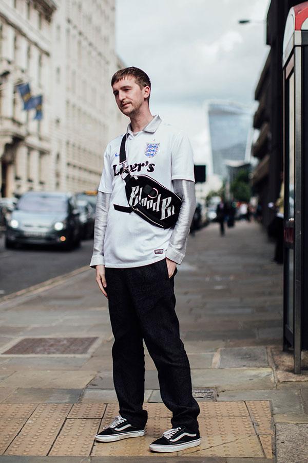 グレーシャツ×白Tシャツ重ね着×黒パンツ×VANS OLD SKOOL黒