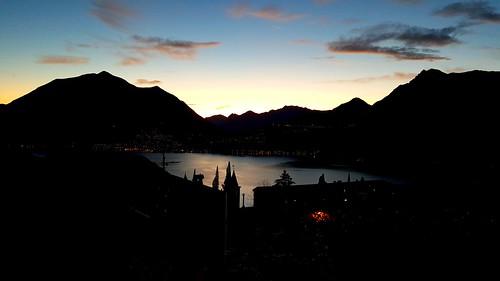 Le prime luci del tramonto dal terrazzo mi casa a Perledo.