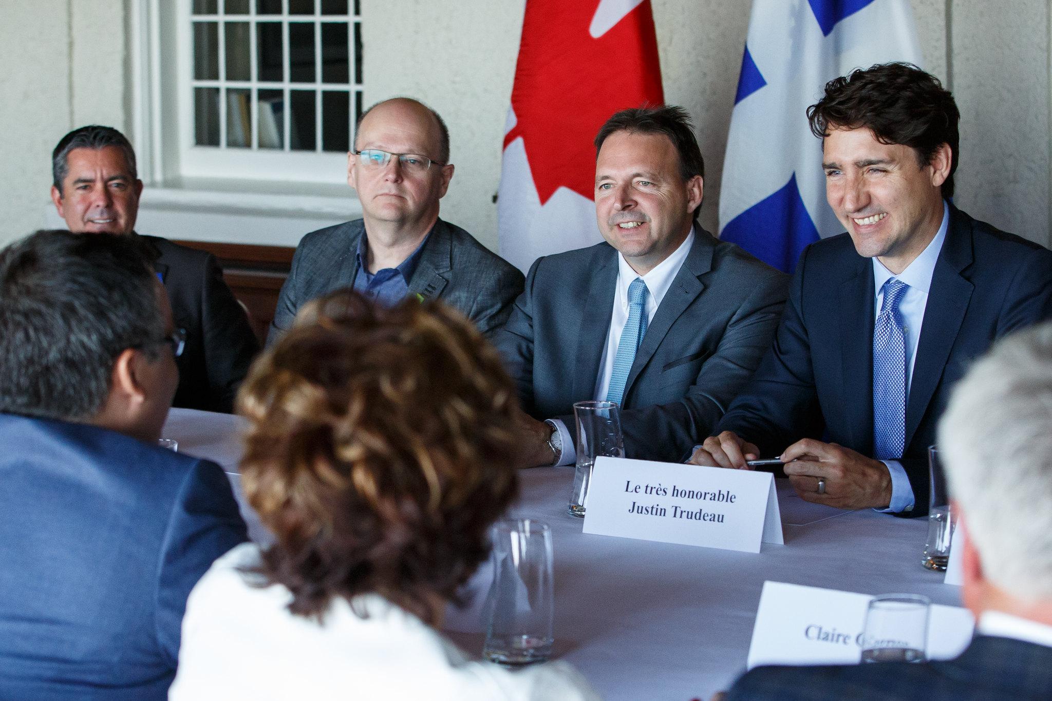 Le premier ministre Trudeau rencontre Michel Couturier, maire de La Malbaie, à l'hôtel de ville. 8 juin 2017.