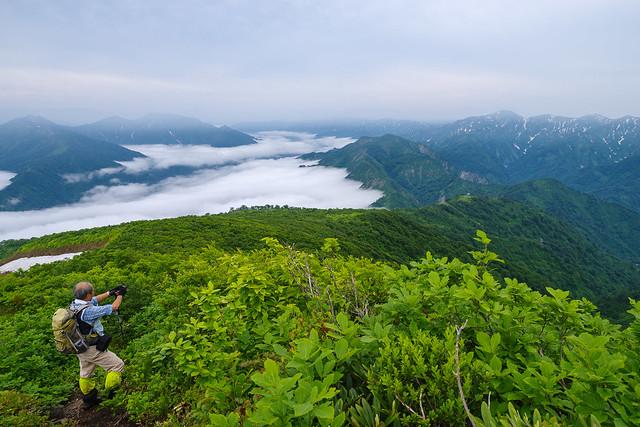 登って来た路と雲海の山々