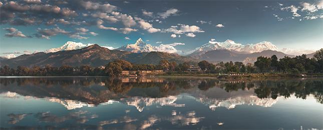 Der Pewa See bei Pokhara mit der Annapurna-Gruppe