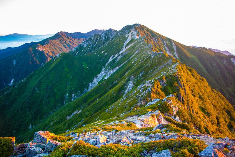 朝日に照らされる空木岳