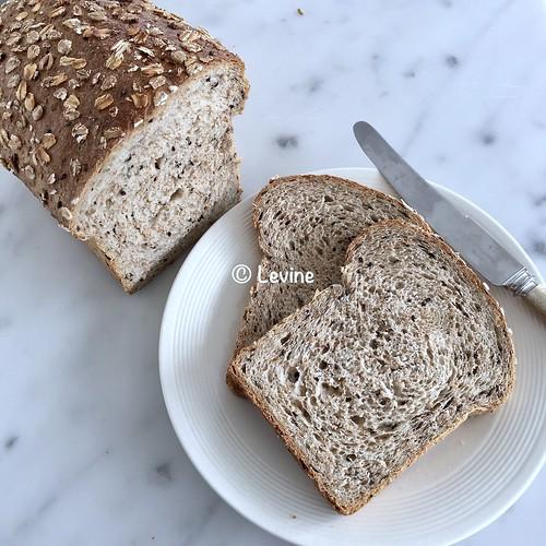 ILichtbruin brood met sesamzaad en vijfgranenvlokken