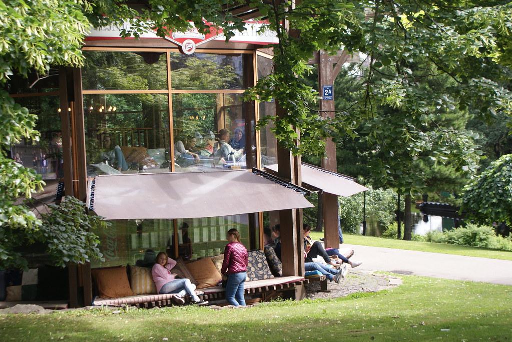 Café Kasdārzā au bord du canal autour du centre historique de Riga.