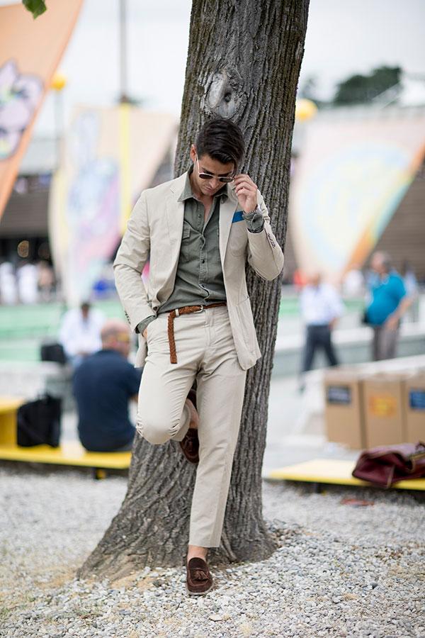 ベージュスーツ×カーキシャツ×ブラウンスエードタッセルローファー