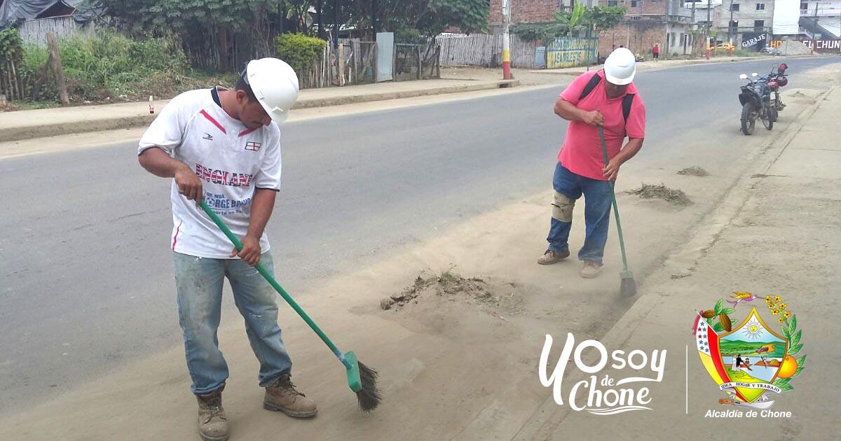 Obreros municipales realizan adecentamientos en la avenida Sixto Durán Ballén