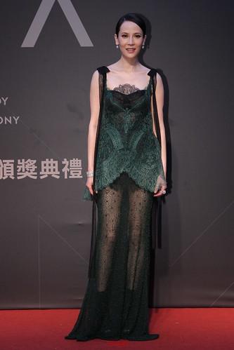 楊乃文選擇以黑色、墨綠色的薄紗和蕾絲互搭的YolanCris最新款,完全符合她獨特又神秘的氣質。胸口和一雙長腿若隱若現,沉重的顏色卻因她白皙的皮膚而顯得優雅,的確是今晚值得讚賞的一套。