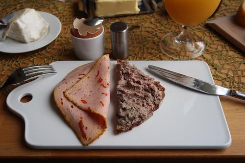 Fleischpastete und Leberwurst auf Roggenbrot