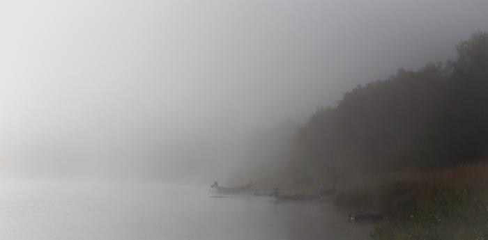 Tenojoki Lappi Utsjoki sumu sumuinen aamu ranta veneet elokuu Teno Lappland  (1 of 1)