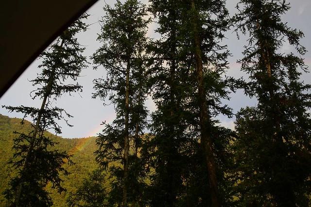 20170715 一場午後雷陣雨 營地整個積水到不行 球又在雨裡慌亂的亂鑽 叫進來天幕裡後 又直接給我趴在積水裡(昏) 一個多小時後 終於 雨過天晴 蟬聲四起 彩虹出來了 #歐北露 #campinglife #rainbow