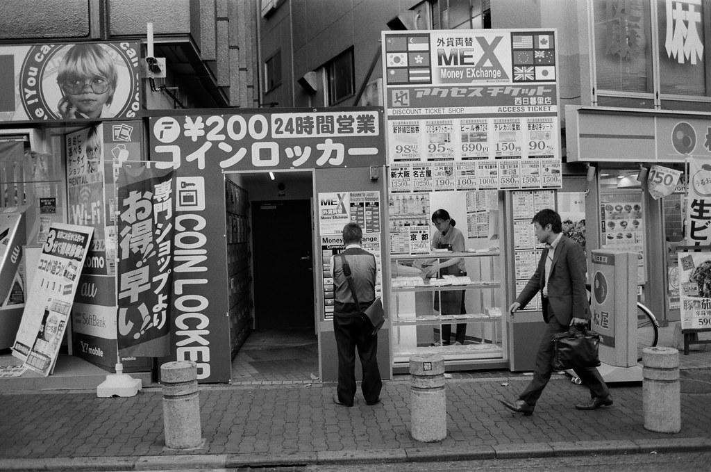 """西日暮里駅 Tokyo, Japan / Kodak TRI-X / Nikon FM2 其實在某些狀態下,是沒有辦法去猜測自己的想法到底是什麼,我都會把這個餛飩的狀態稱作是另外一個人的思考。  類似放空嗎?不,思考的狀態沒有停止,當想出來結果的時候,會有人和你說明的!  至於那個人是誰,就是前面提到的 """"另外一個人""""。  Nikon FM2 Nikon AI AF Nikkor 35mm F/2D Kodak TRI-X 400 / 400TX 1275-0027 2015-10-05 Photo by Toomore"""
