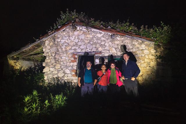 Foto de grupo  de los Sunrisers frente a una borda