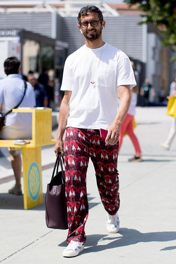 白ポケットTシャツ×エンジ系柄パンツ×白スニーカー