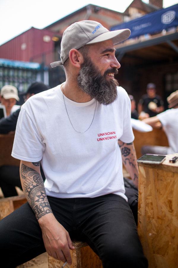 ライトグレーキャップ×Dreamland Syndicate白Tシャツ×黒パンツ