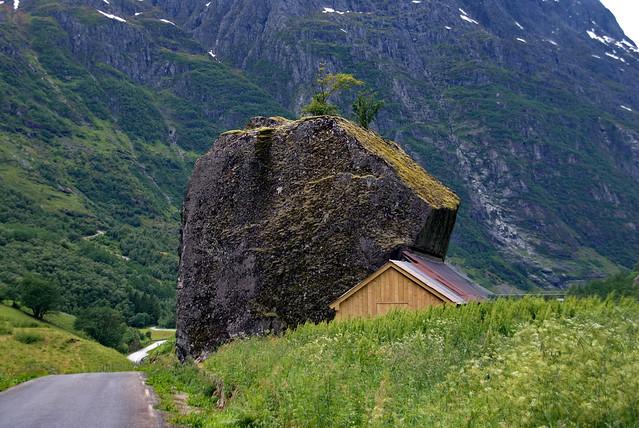 I ly bak en stein -|- Shelter behind a rock