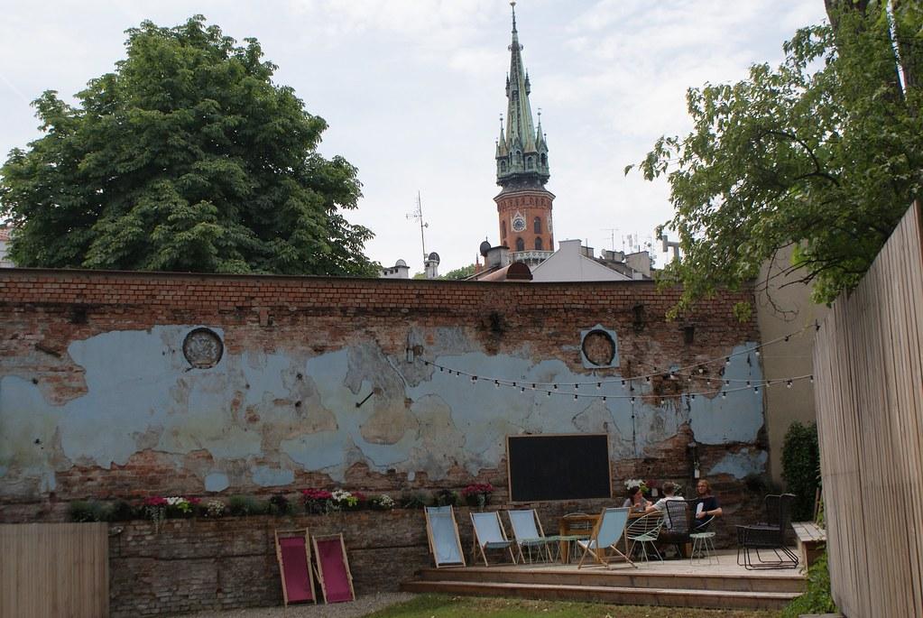 La cour d'un café dans le quartier de Podgorze à Cracovie.