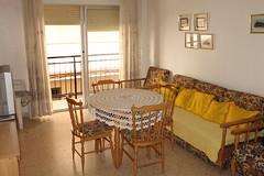 Gran salón comedor con un pequeño balcón soleado. Solicite más información a su inmobiliaria de confianza en Benidorm  www.inmobiliariabenidorm.com