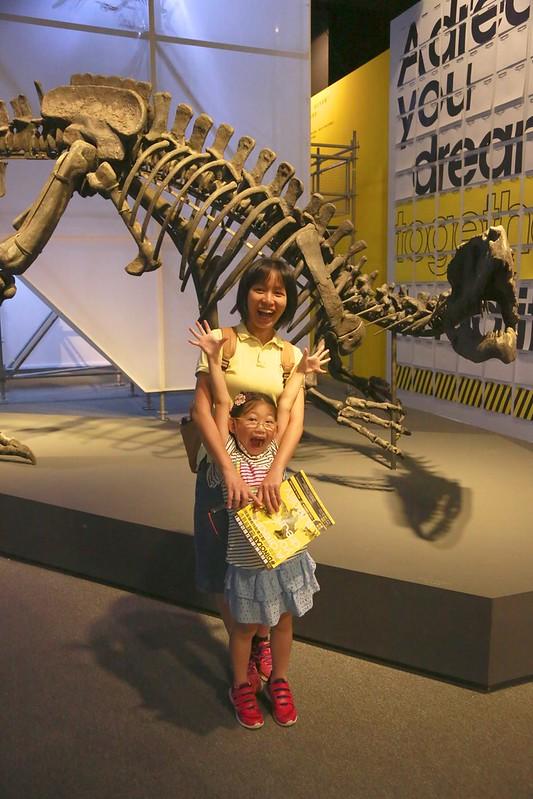 與暴龍化石合照