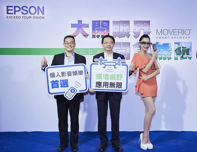 新聞照片ㄧ:Epson於今(5)日宣布推出最新雙眼穿透式智慧眼鏡Moverio BT-300,以擴增實境技術的廣泛應用,開創無限娛樂新體驗。(中:台灣愛普生影像科技事業部總經理輝偉偉、左:台灣愛普生投影科技營業部協理黃少白)