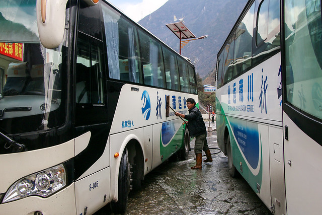 Buses washed at a roadside rest area from Chengdu to kanding 成都から康定までのドライブインで洗車中