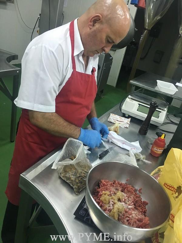 Manuel Mesón, gerente de Meva&Llorente, trabaja en la hamburguesa que sería elegrida como la ganadora del certámen organizado por AESCARNE.