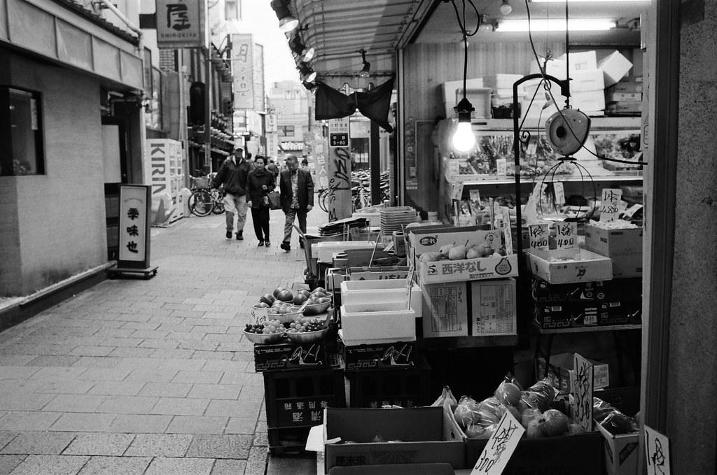 中野 Tokyo, Japan / Kodak TRI-X / Nikon FM2 每次看到水果攤,就覺得這裡是一個很好的居住環境,喔,不對!  我發現這只是潛意識的補償,補償那時候一起逛超級市場的回憶!  喔,不對!怎麼到現在這樣的畫面還一直不斷的回想起來,有可能那一年的夏天,只是一個突然挫折後產生的虛幻畫面吧!  是嗎?是吧?我們竟然沒有在那個時空留下什麼 ......  Nikon FM2 Nikon AI AF Nikkor 35mm F/2D Kodak TRI-X 400 / 400TX 1275-0002 2015-10-05 Photo by Toomore