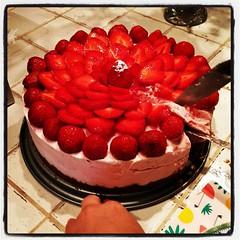 Klassisk midsommartårta, med jordgubbar. Efter religionsdiskussionen har vi gjort oss väl förtjänta. :)