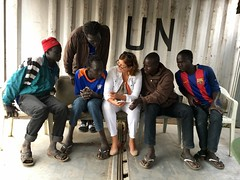 Goma, province du Nord Kivu, RD Congo: La cheffe de la Section de la protection de l'enfance interagissant avec des enfants �trangers qui ont fui leurs foyers au Sud-Soudan et qui cherchent un asile en RDC.