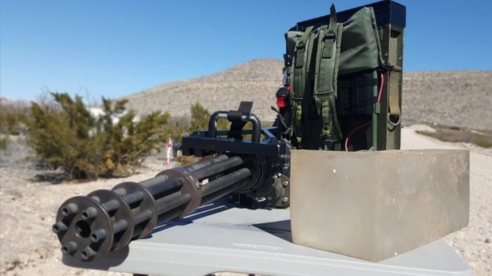 Khẩu súng được sử dụng trong clip là biến thể DeGroat Tactical GAU-2B/A phiên bản di động với ắc quy đeo lưng dùng để quay motor.