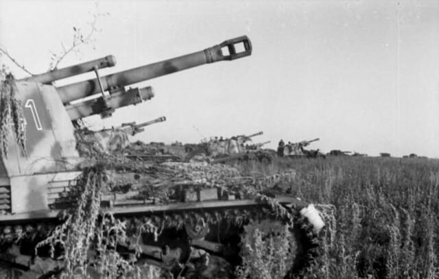 Κοντά στην Ποκρόφκα, μια ομάδα ελαφρών ολμοβόλων εγκατεστημένα πάνω σε σκάφος άρματος Panzer III, γνωστά ως Wespe ή Sd. Kfz 124, σε μια τοποθεσία κοντά στην πρώτη γραμμή.