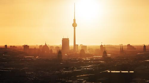 rot berlin skyline panorama sunrise sonnenaufgang fernsehturm tvtower capital city hauptstadt stadtlandschaft cityscape parkinn rotesrathaus dom berlinerdom altesstadthaus stadtschloss summer sommer warmth wärme hitze sonne sun