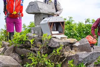 浅草岳山頂の祠