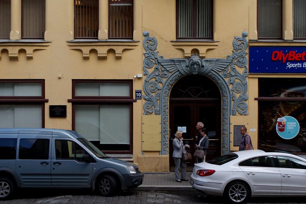 Encadrement art nouveau d'une porte à Riga.
