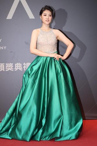 曹雅雯二度扣關台語歌后,則走優雅透視路線,上半身合身水鑽薄紗,既莊重又不失性感,二件式的禮服也是此屆女星較少選擇的款式。