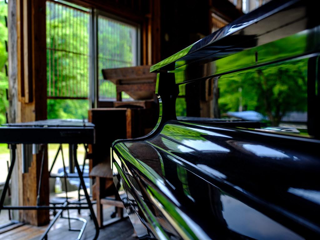ピアノに映り込む
